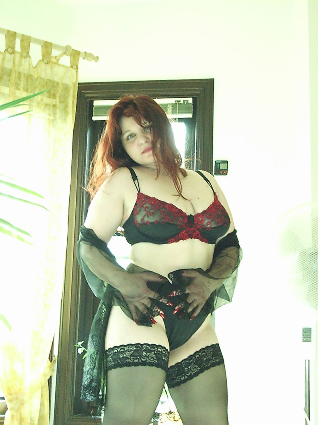 Pummelige Frau in Unterwäsche
